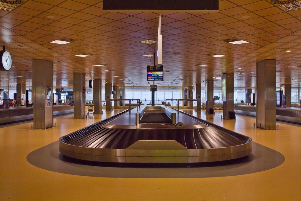 Pauschalreise Teneriffa Süd Flughafen Reisegepäck Gepäckband
