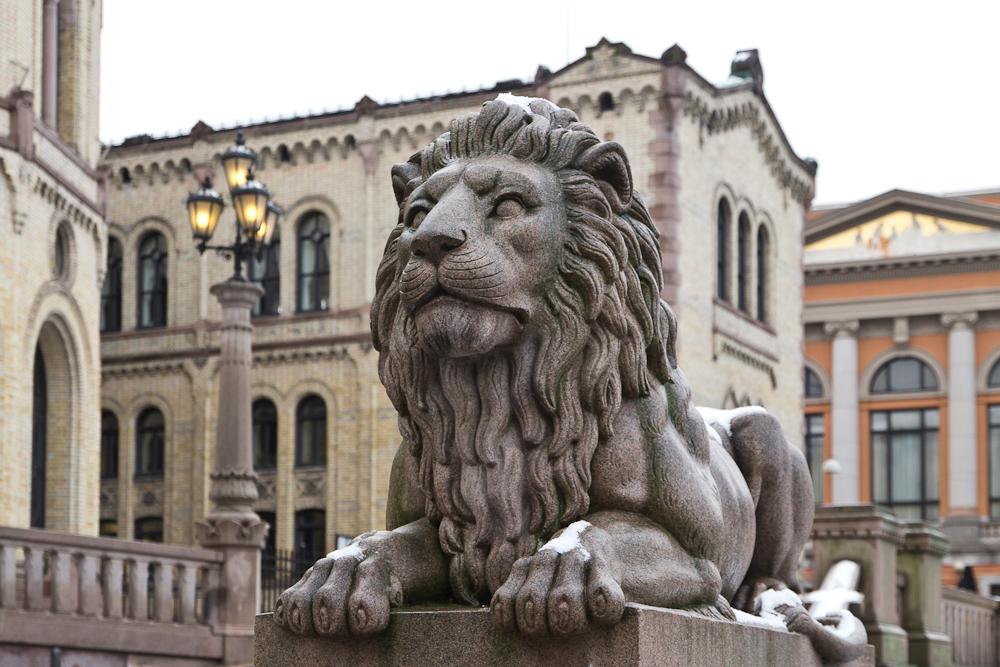 Löwen Statuen vor dem Parlament Stortinget in Oslo