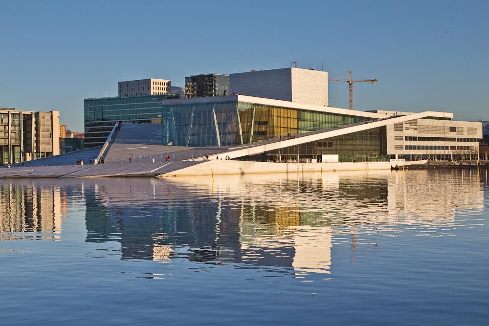 Opernhaus Oslo mit Spiegelung im Wasser