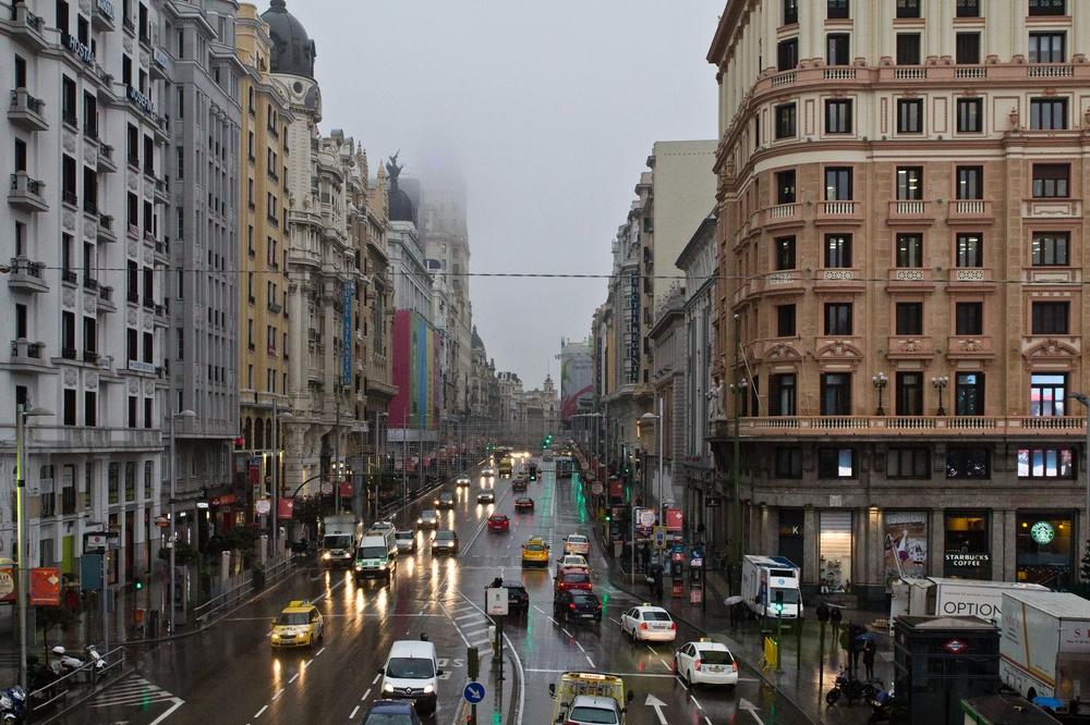 Aussicht bei Regen Gran Vía Madrid