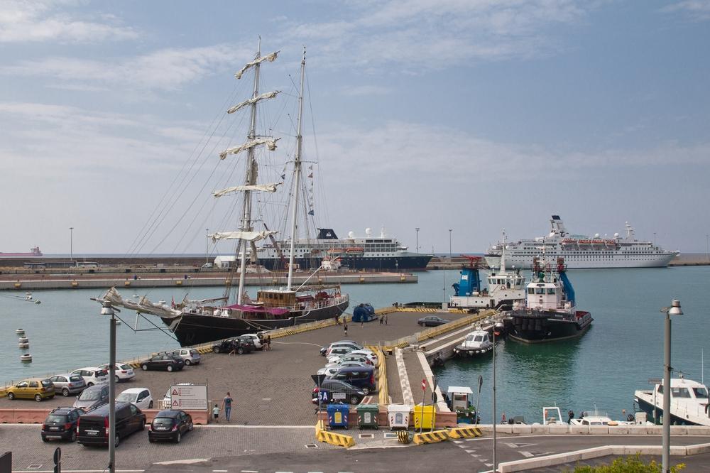 MS Astor Civitavecchia Mittelmeer