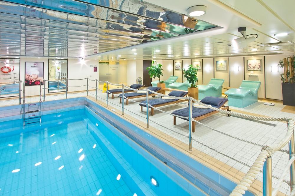 MS Astor Pool Innenpool Caribic Deck