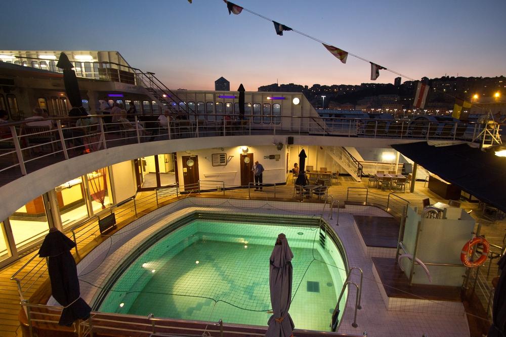 Pool MS Astor Kreuzfahrt Sonnenuntergang