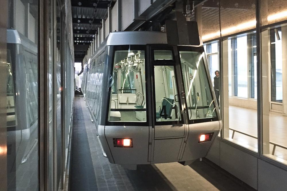 SkyTrain H-Bahn Peoplemover Hugo Junkers Lounge Flughafen Terminal