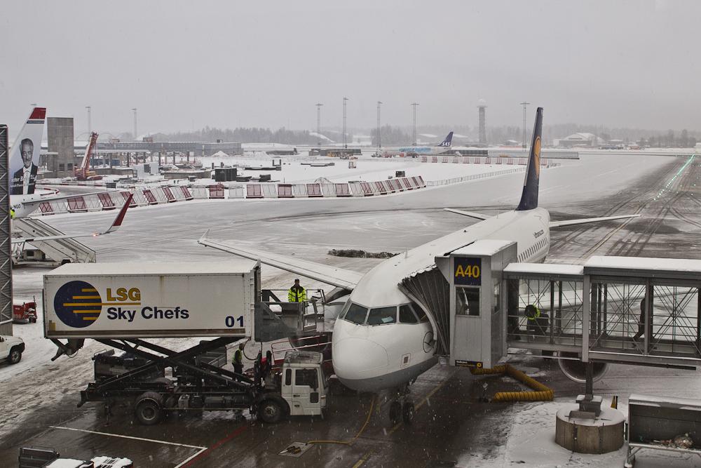 Lufthansa Flugzeug am Flughafen Reisebericht Oslo - Tower am Flughafen Oslo Gardermoen