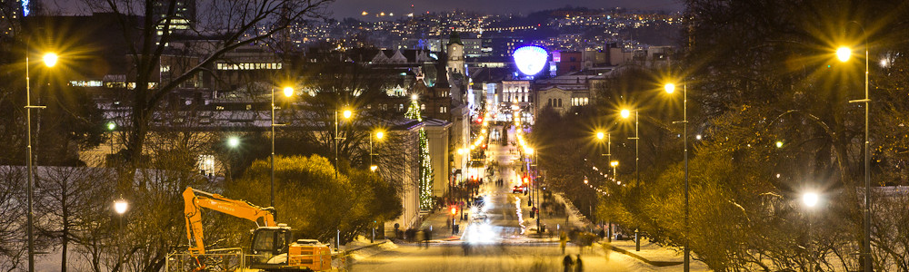 Langzeitaufnahme der Karl Johans Gate in Oslo bei Nacht