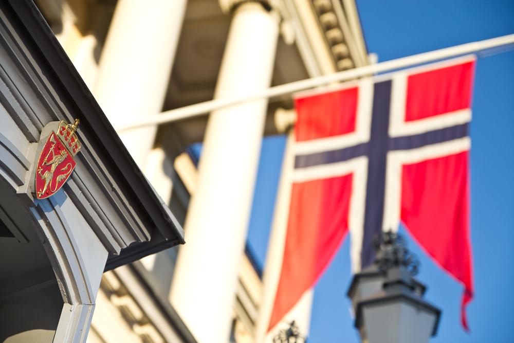 Norwegen Fahne vor Königliches Schloss in Oslo