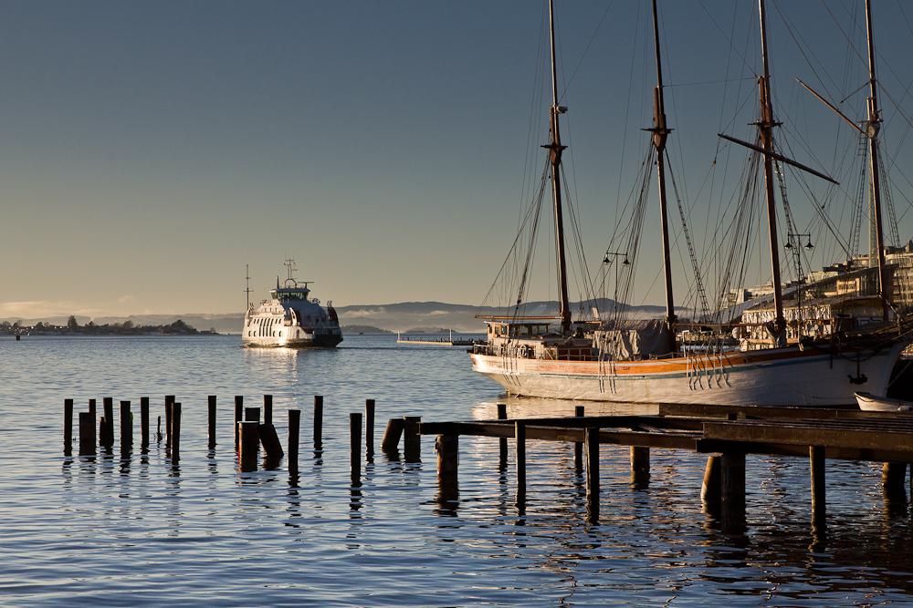 Segelschiff und Fähre im Hafen Oslo