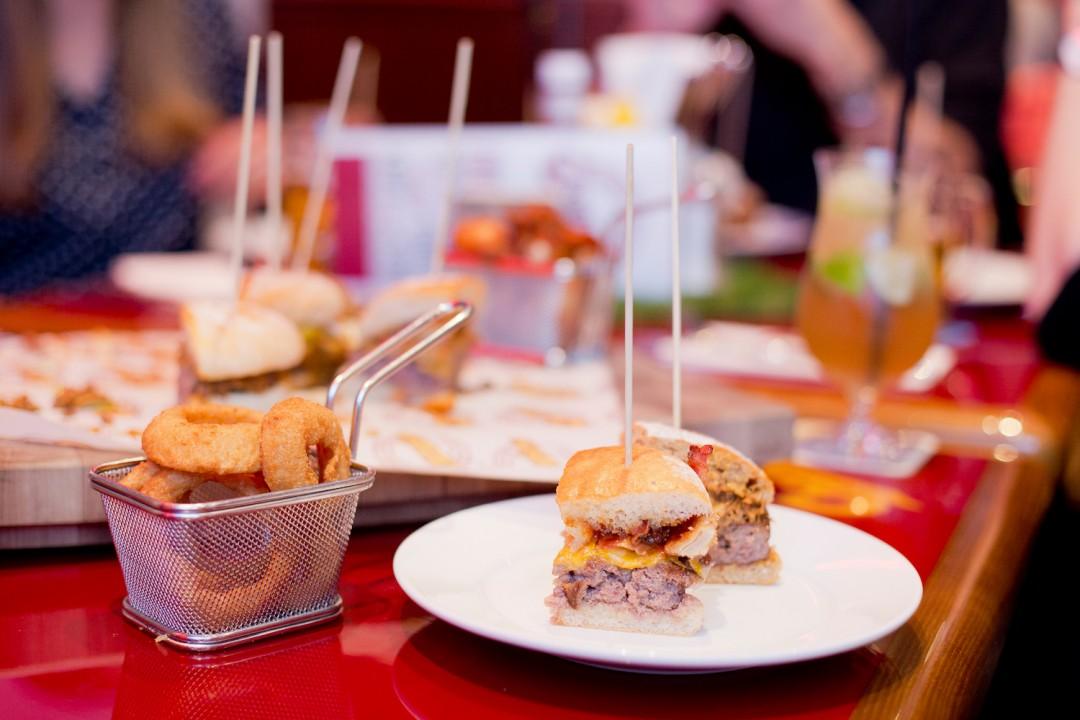 sportsbar marriott m nchen all you can eat burger tasting. Black Bedroom Furniture Sets. Home Design Ideas