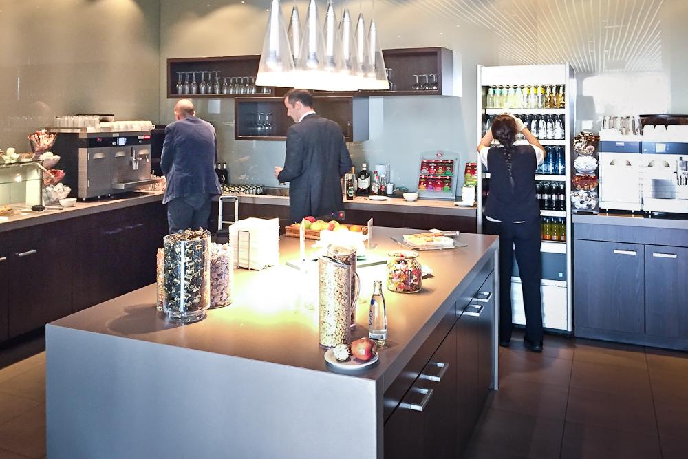 Hugo Junkers Lounge Flughafen Düsseldorf Buffet Essen Getränke