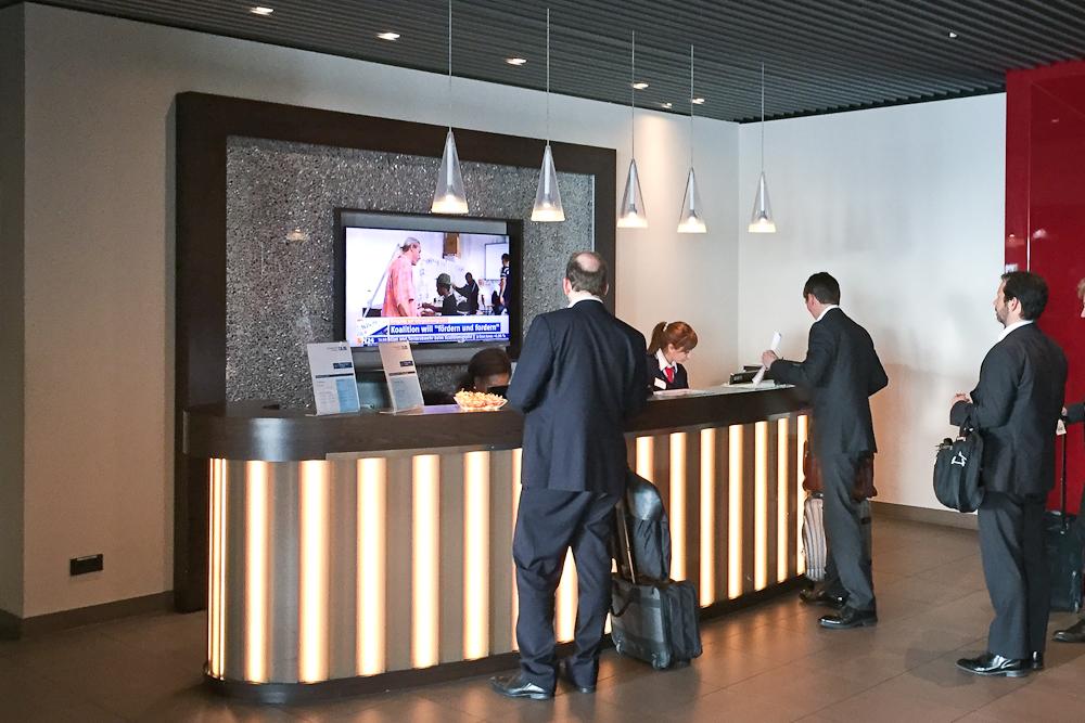 Hugo Junkers Lounge Flughafen Düsseldorf Empfang Rezeption Check-In