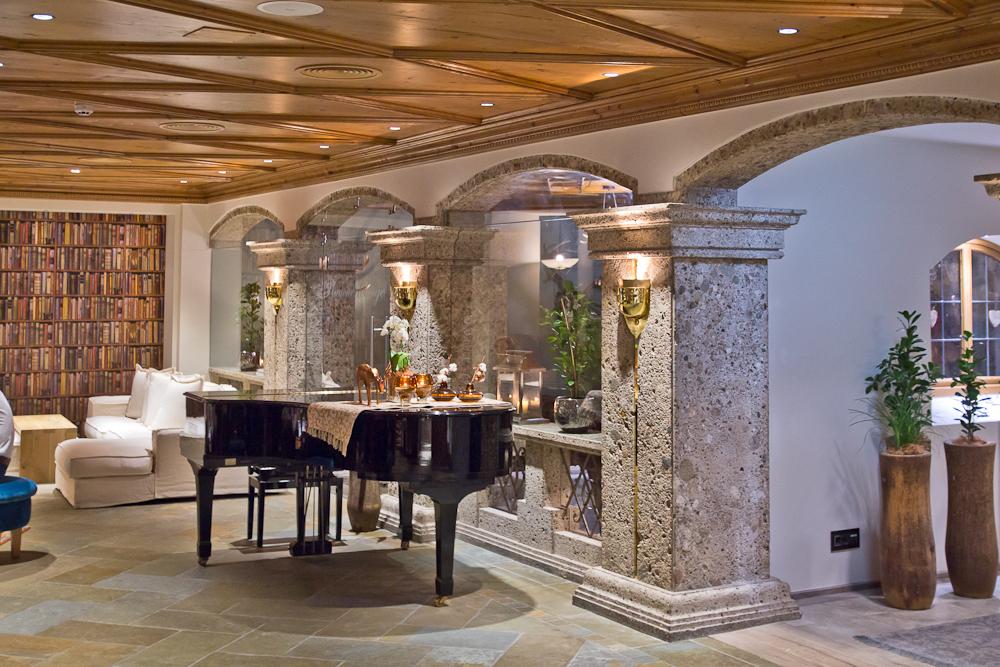 Hotel Das Central Sölden Kaminzimmer Klavier