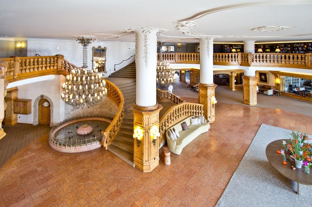 Interalpen-Hotel Tyrol Eingangsbereich Treppe Lobby
