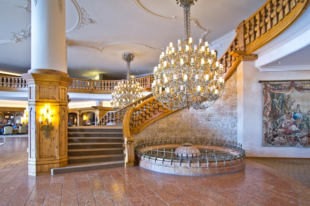Kronleuchter Treppe Interalpen-Hotel Tyrol