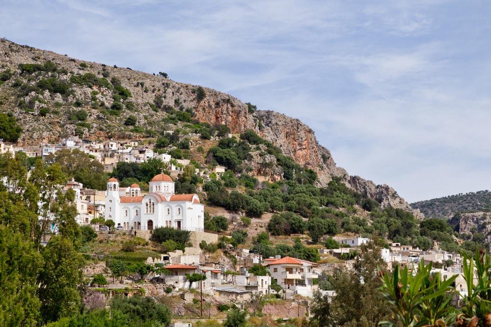 Landschaft Kreta Dorf am Hang