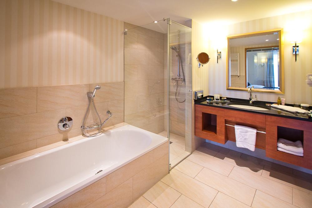 Badezimmer Junior Suite Zimmer Hotel Vier Jahreszeiten Starnberg
